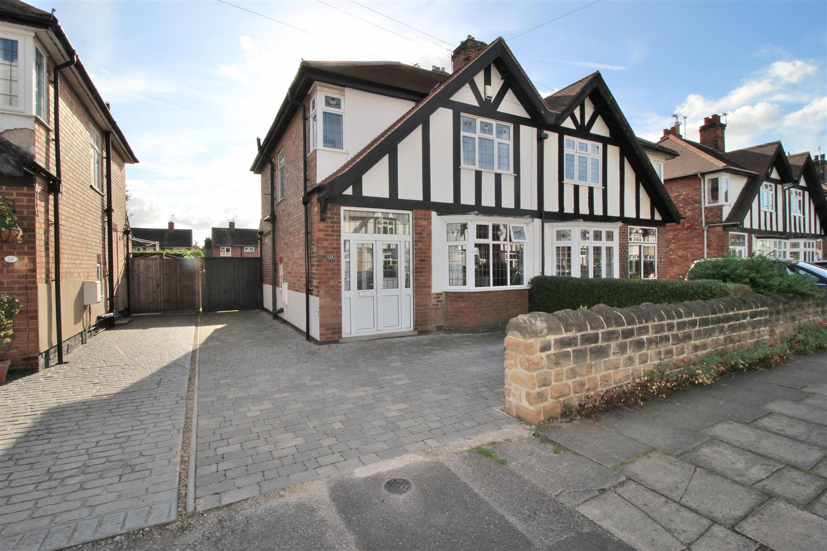 3 Bedrooms Semi Detached House for sale in Queens Drive, Beeston, Nottingham